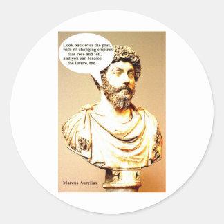 Cita de MARCO AURELIUS; Mire detrás durante el Pegatina Redonda
