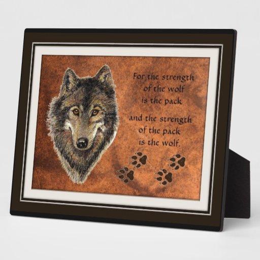 Cita del lobo y del paquete placa
