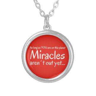 Cita del milagro en rojo y blanco