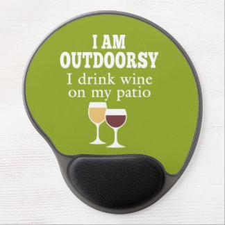 Cita divertida del vino - bebo el vino en mi patio alfombrilla de ratón con gel