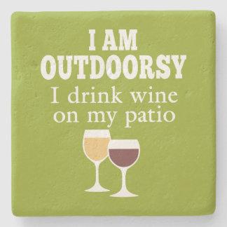Cita divertida del vino - bebo el vino en mi patio posavasos de piedra