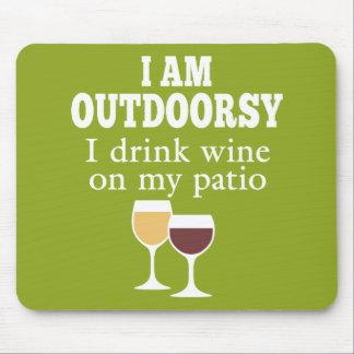 Cita divertida del vino - bebo el vino en mi patio tapetes de ratón