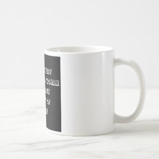 Cita divertida - detrás de cada mujer acertada taza clásica