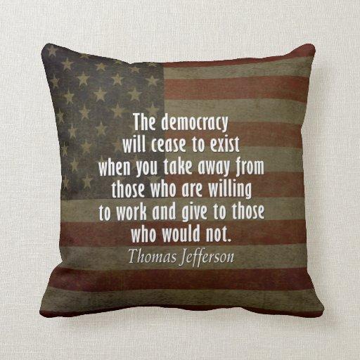 Cita en democracia, socialismo e impuestos cojín