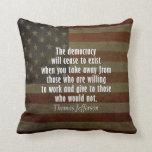 Cita en democracia, socialismo e impuestos cojin