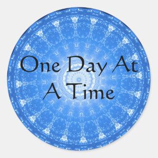 cita espiritual inspirada - un día a la vez pegatina redonda