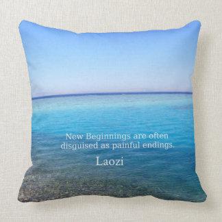 Cita inspirada de Laozi sobre NUEVOS PRINCIPIOS Cojín Decorativo
