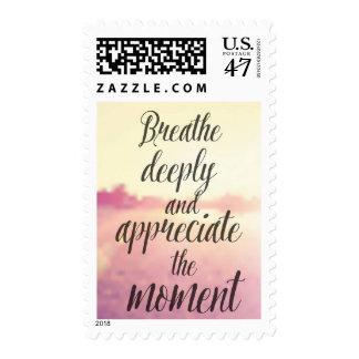 Cita inspirada del vector - respire profundamente sello postal