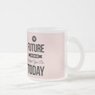 Cita inspirada rosada el futuro taza de cristal