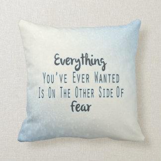 Cita inspirada, tipografía azul sobre deseo almohada