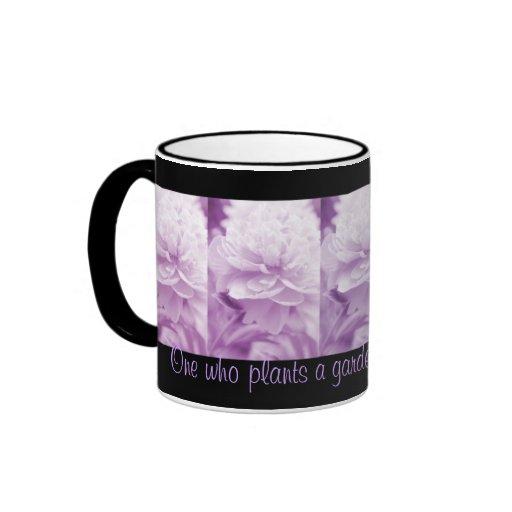 Cita púrpura del proverbio de los Peonies Taza