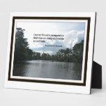 Cita sobre soledad en escena del río placa de madera