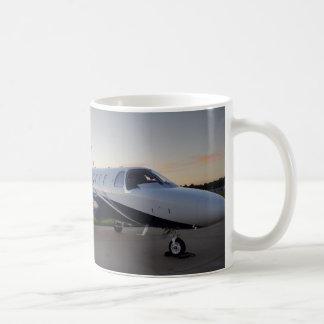 Citación M2 de Cessna en la puesta del sol Taza Clásica