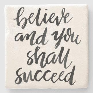 Citas inspiradas: Crea y usted tendrá éxito Posavasos De Piedra