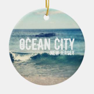 Ciudad 2013 del océano - recuperación en la orilla adorno redondo de cerámica
