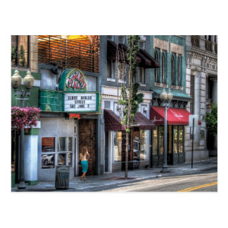 Ciudad - abajo de una calle fina postal