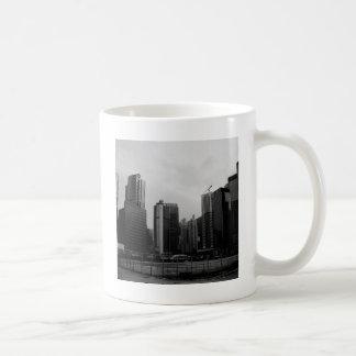 Ciudad abandonada ciudad abstracta taza básica blanca