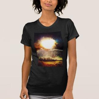Ciudad colorida y nubes del espacio fresco camiseta