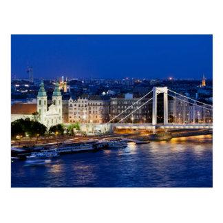 Ciudad de Budapest en la noche Postal