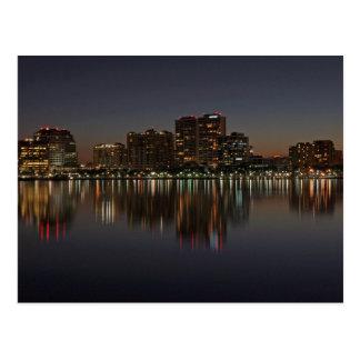 Ciudad de la Florida en el crepúsculo sobre el Postales
