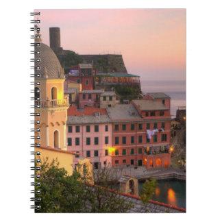 Ciudad de la ladera de Vernazza por la tarde, Cinq Libros De Apuntes Con Espiral