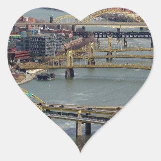 Ciudad de puentes pegatina en forma de corazón