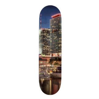 Ciudad del horizonte de Miami en la Florida Skateboard