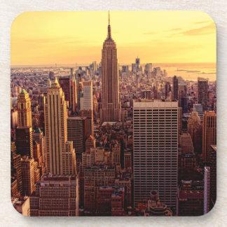 Ciudad del horizonte de Nueva York con el estado d Posavasos De Bebida