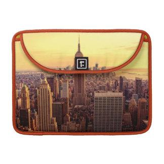 Ciudad del horizonte de Nueva York con el estado Funda Para Macbooks