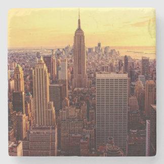 Ciudad del horizonte de Nueva York con el estado Posavasos De Piedra