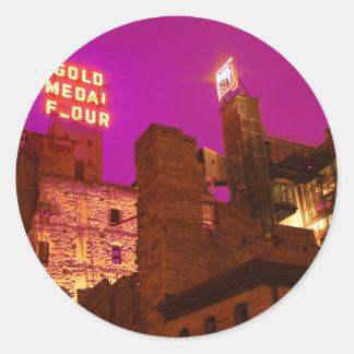 Ciudad del molino en la noche pegatina redonda