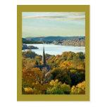 Ciudad en el río tarjeta postal