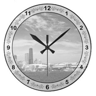 Ciudad - horizonte y el embarcadero BW de Chicago Reloj Redondo Grande