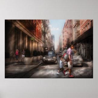 Ciudad - NY - que camina abajo de la calle del Póster