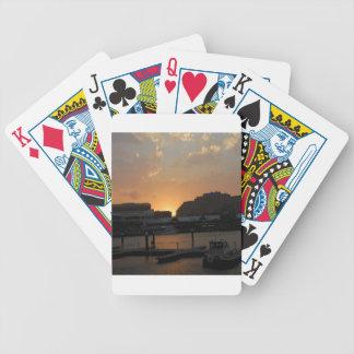 Ciudad oscura de la orilla de la puesta del sol baraja cartas de poker