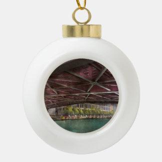 Ciudad - por debajo el puente de Guillermo P Fahey Adorno De Cerámica En Forma De Bola