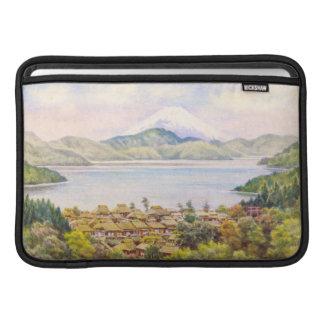 Ciudad por el lago cerca del paisaje del monte Fuj Funda MacBook