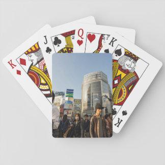 Ciudad temática, calle de una ciudad apretada con barajas de cartas