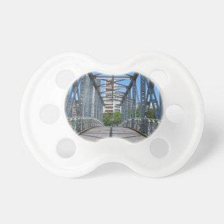 Ciudad temática, un puente robusto, de acero en chupete de bebé