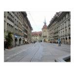 Ciudad vieja de Berna - calle y clocktower con arc Postal