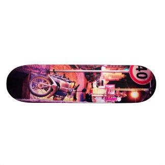Ciudad violeta de la noche del vintage tablas de skate