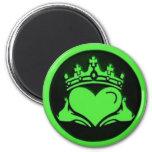 Claddagh verde y negro redondo imanes para frigoríficos