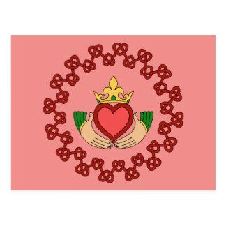 Claddagh y Knotwork rojo en la postal rosada