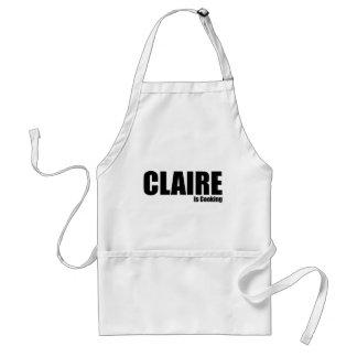 Claire está cocinando delantal