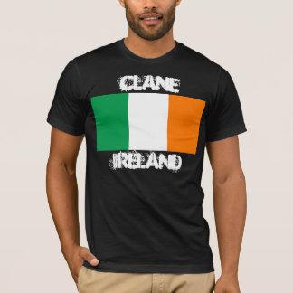 Clane, Irlanda con la bandera irlandesa Playera