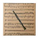 Clarinet con el fondo de la partitura azulejos cerámicos