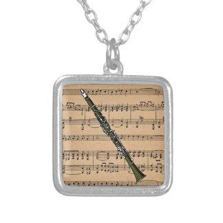 Clarinet con el fondo de la partitura colgante cuadrado