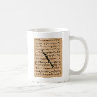 Clarinet con el fondo de la partitura tazas