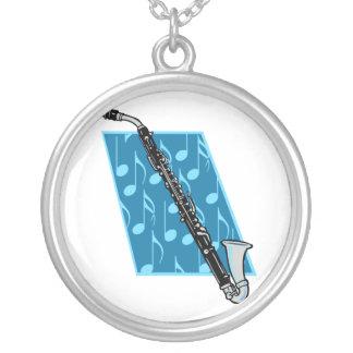 Clarinete bajo con las notas azules del fondo y de pendientes