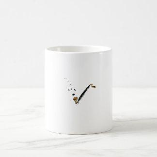 Clarinete bajo con las notas de la música tazas de café